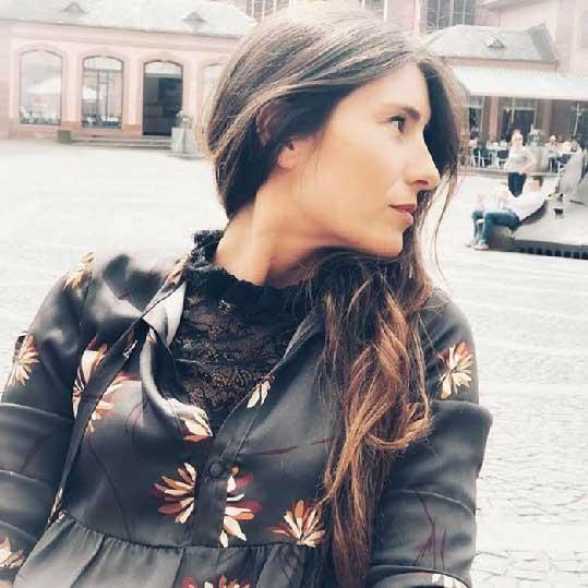 la mia immagine di profilo donna vestita con abito grigio