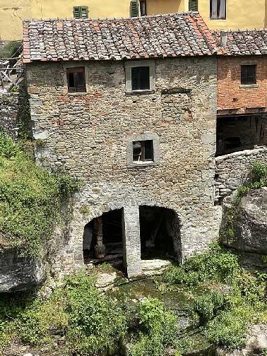 Loro Ciuffenna antico mulino nel centro del paese