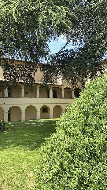 Castello di Montozzi Arezzo il porticato del 1600 affacciato su un meraviglioso giardino Arezzo antiche dimore storiche