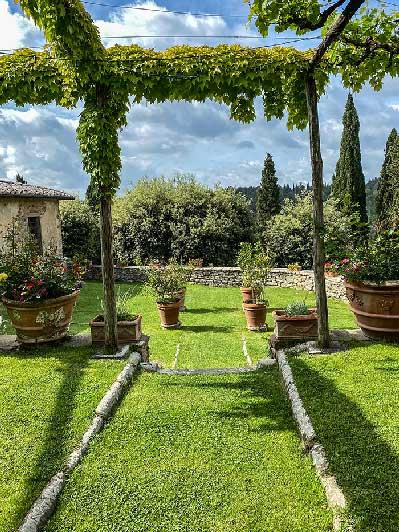 Castello di Gargonza con il giardino dei limoni completamente curato Arezzo antiche dimore storiche