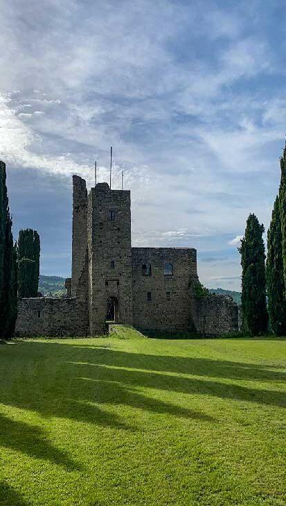 Castello di Romena, antico castello del 1100 con un grande prato Arezzo antiche dimore storiche