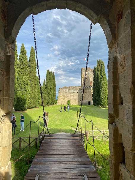 Castello di Romena, vista dal castello con il ponte levatoio Arezzo antiche dimore storiche