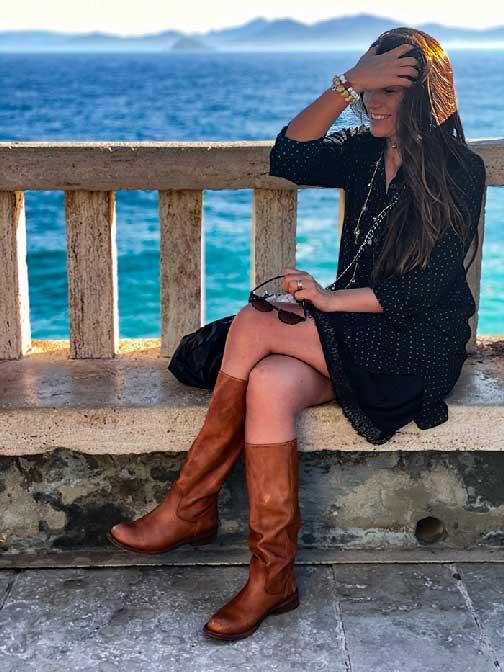 Piombino con me seduta in piazza Bovio con alle spalle il mare